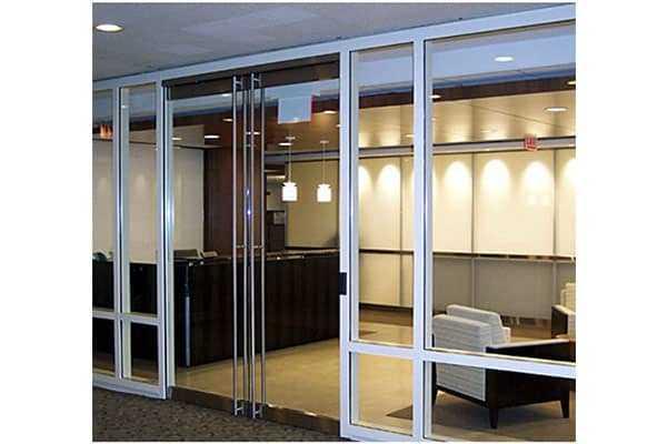 Cửa mang đến tính thẩm mỹ cho tòa nhà văn phòng