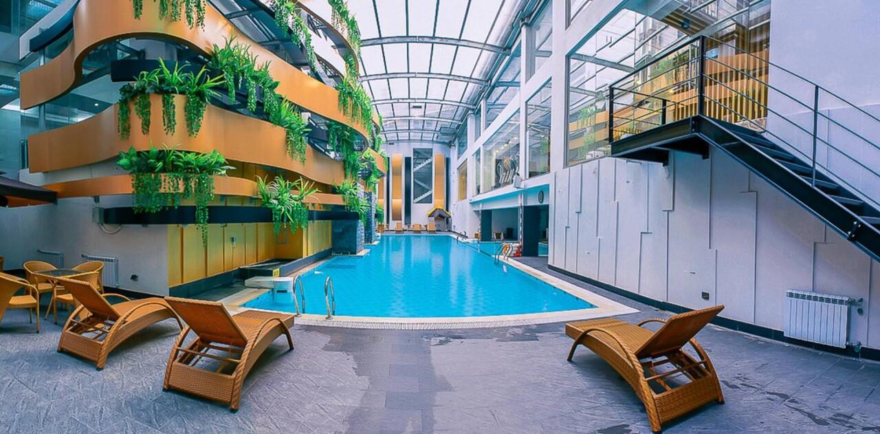 Bể bơi trong nhà sử dụng tấm lợp lấy sáng