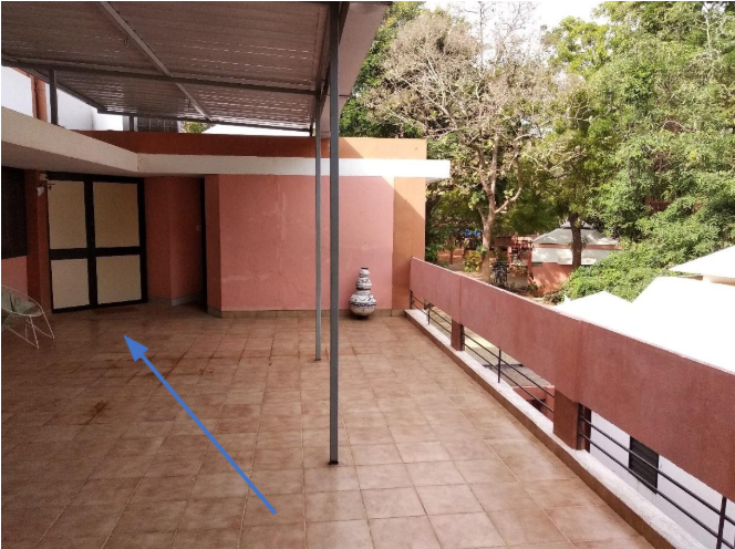 "Pada balkon di atas, sebelum memasuki entrance pintu kamar di sebelah kiri, ""user"" diberikan sedikit kecapan pemandangan sekitar di sebelah kanan"