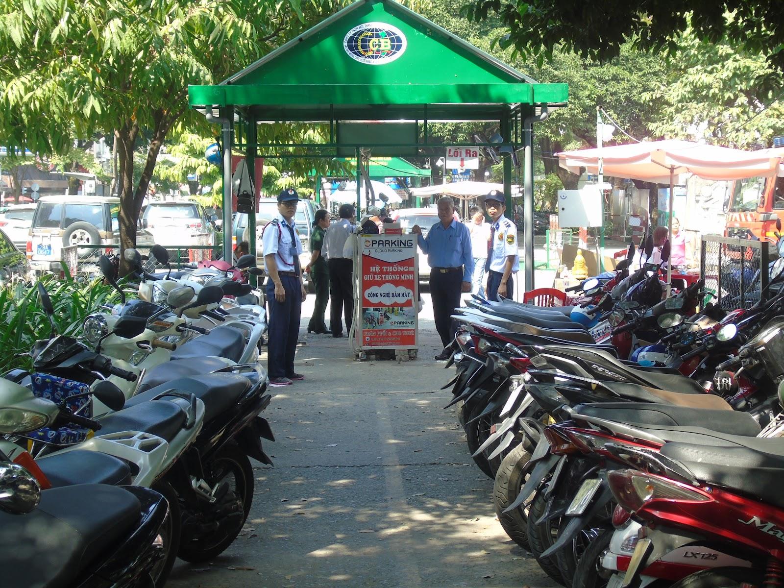 Bảo vệ giữ xe, đảm bảo an toàn tài sản cá nhân cho khách hàng