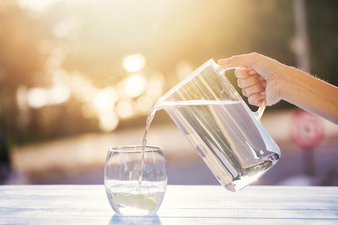 Uống nước đầy đủ là phương pháp nhanh nhất phục hồi những vấn đề về da , nhất là da cháy nắng