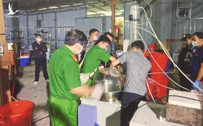Công an thu giữ nhiều máy móc, tiền chất ma túy bên trong xưởng sản xuất tại Kon Tum (Ảnh: CA TPHCM)