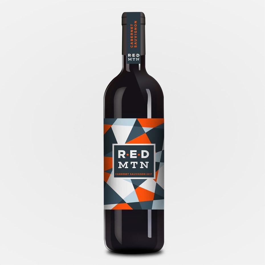 xu hướng thiết kế bao bì hình học: chai rượu với thiết kế nhãn màu đỏ và xám hình học sắc nét