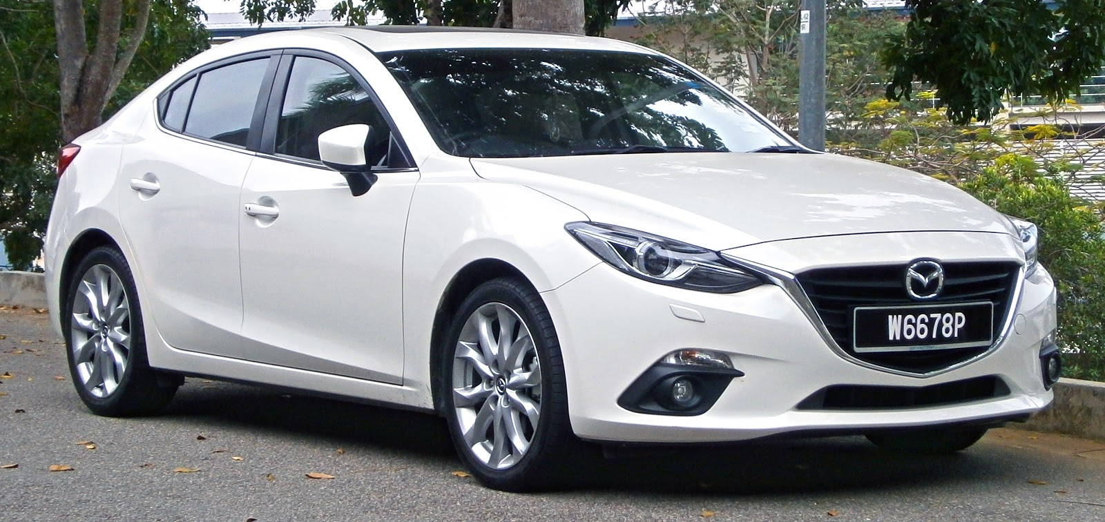 2014_Mazda_3_Sedan_(BM)_2.0_SkyActiv_(CBU)_4-door_sedan_(19711323581).jpg