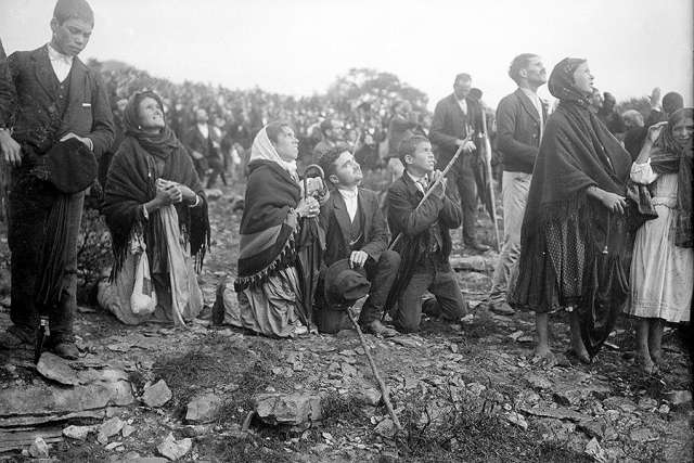 Crowds looking at the Miracle of the Sun, occurring during the Our Lady of Fatima apparitions. Credit: Public Domain.