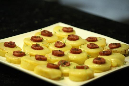 Que tal preparar canapés de polenta? É uma ótima dica para servir como entrada.
