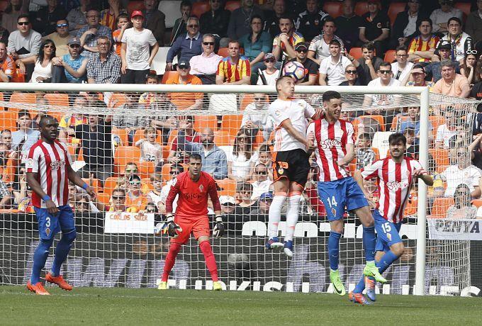 Cuéllar, atento en una acción del Valencia-Sporting (David González).