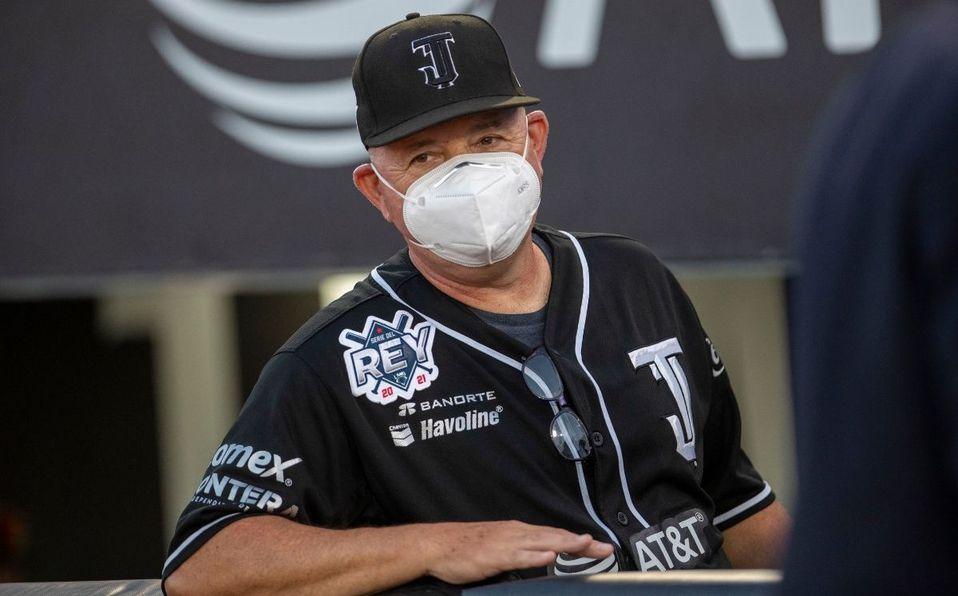 Un jugador de béisbol con un casco en la cabeza  Descripción generada automáticamente con confianza media