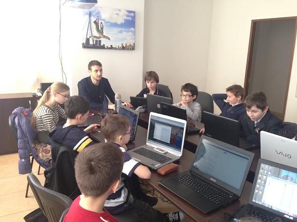 Copiii învață să programeze de la mentorul Mihai Racu în cadrul CoderDojo Chișinău la YOPESO.