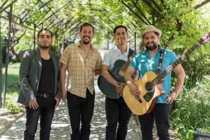 La imagen puede contener: 4 personas, personas sonriendo, personas de pie, guitarra y exterior