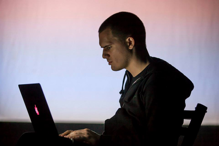 アーティスト。openFrameworksなどのアートとエンジニアリングのためのツールキット開発に関わるほか、アーティストが新しいアルゴリズムを創造的に使うことができるようなツールの構築に注力している。活動においてはプロセスを重視し、プロジェクトが完了する前からアイディアなどを公開し、共有している。代表作に《People Staring at Computers [2011] 、《Light Leaks [2013] 、《群衆を書き尽くす》 [2015]、《How We Act Together》 [2016]など。