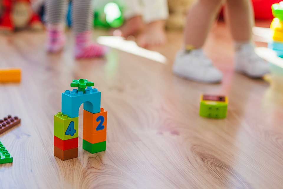No chão, as crianças se movimentam mais. (Fonte: Freepik)