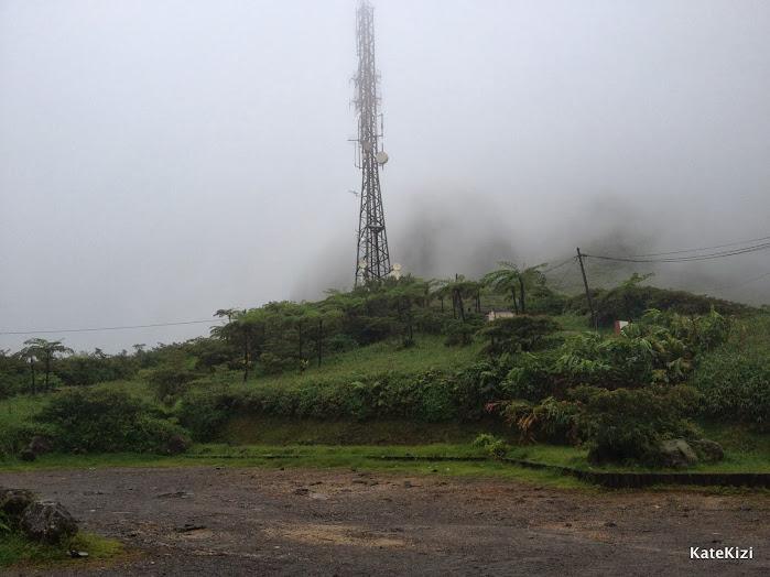 Туман и облака, застревающие на вершинах гор - обычное дело в низкий сезон