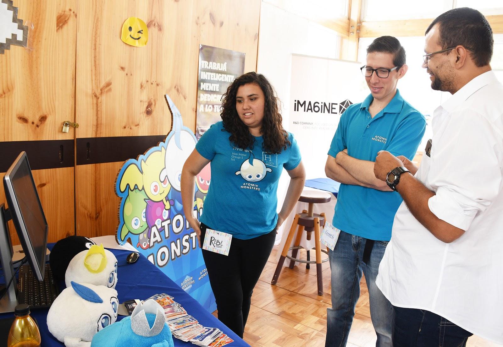 Los creadores de Atomik Monsters estuvieron presentes en el evento y muestran la características de su juego.(Fotografía: Ruth Garita/OCM)