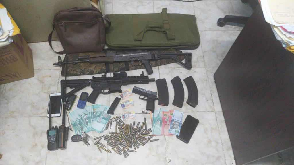 Armada de República Dominicana apresa a tres hombres ocupando armas de alto calibre radios de comunicación y dinero.