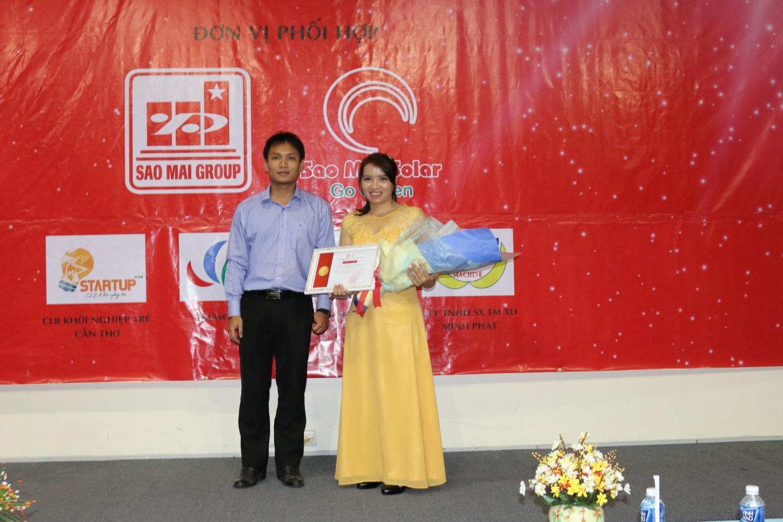 Description: 2. Ông Lê Tuấn Anh - TGĐ Sao Mai Solar trao giấy chứng nhận đại lý cho công ty Minh Phát.JPG