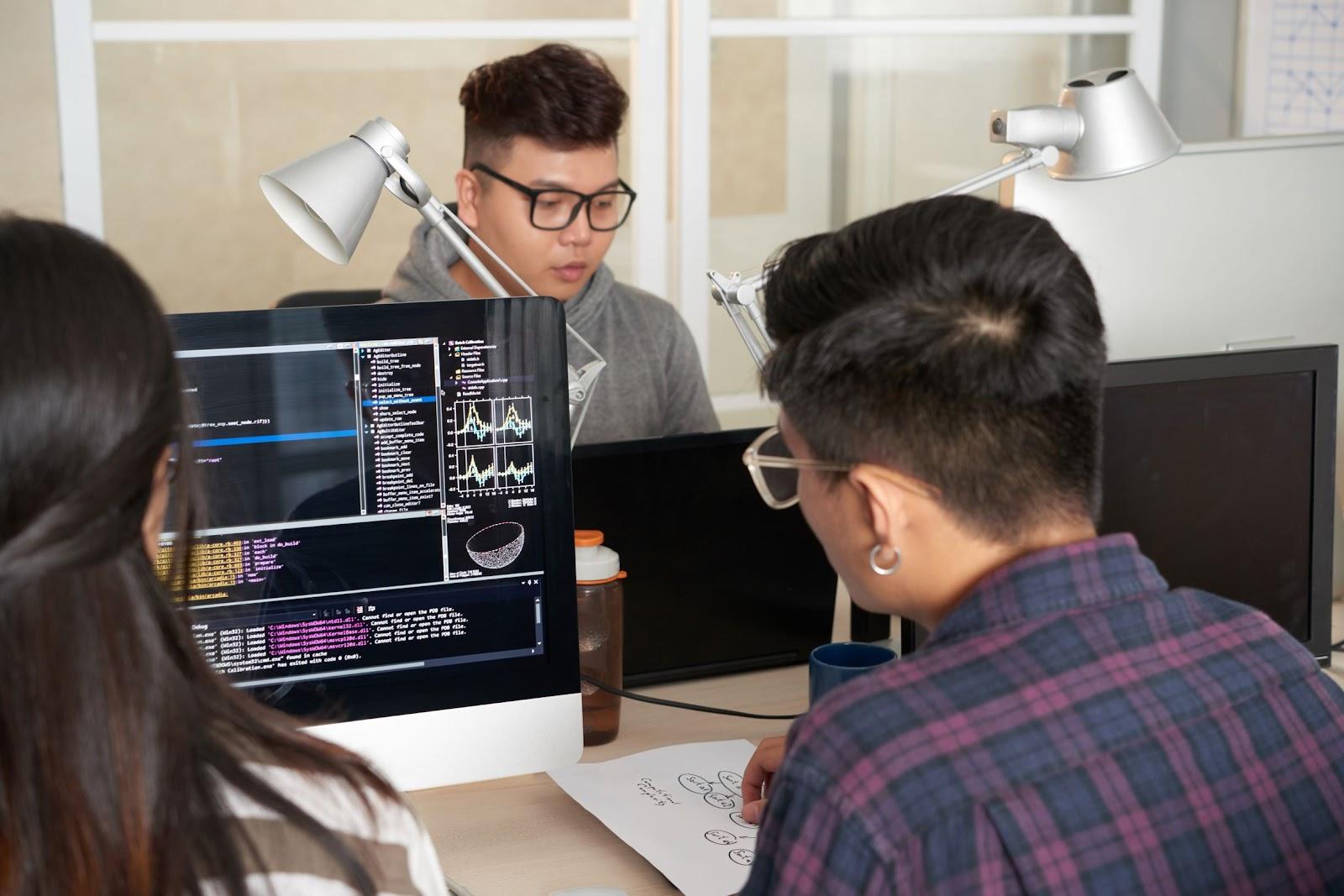 Imagem de 3 pessoas trabalhando em seus respectivos computadores, demonstrando que saber o que é SQL aumenta as possibilidades do universo digital