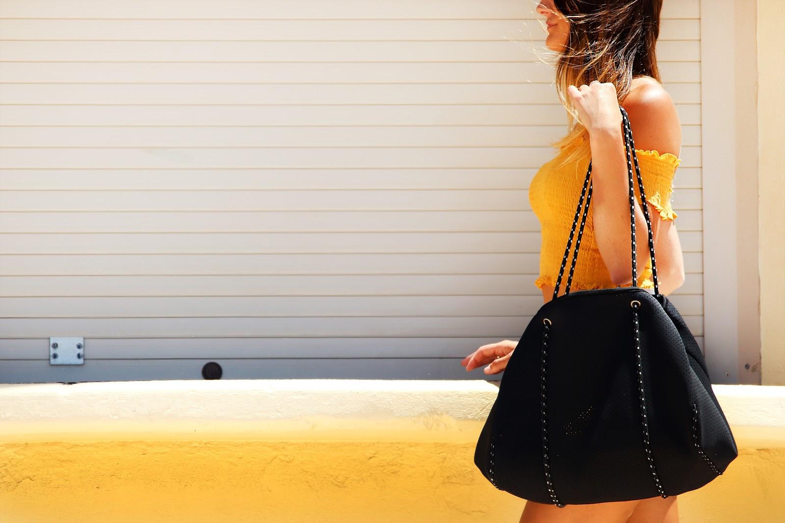 Fata cu o geanta mare de mana