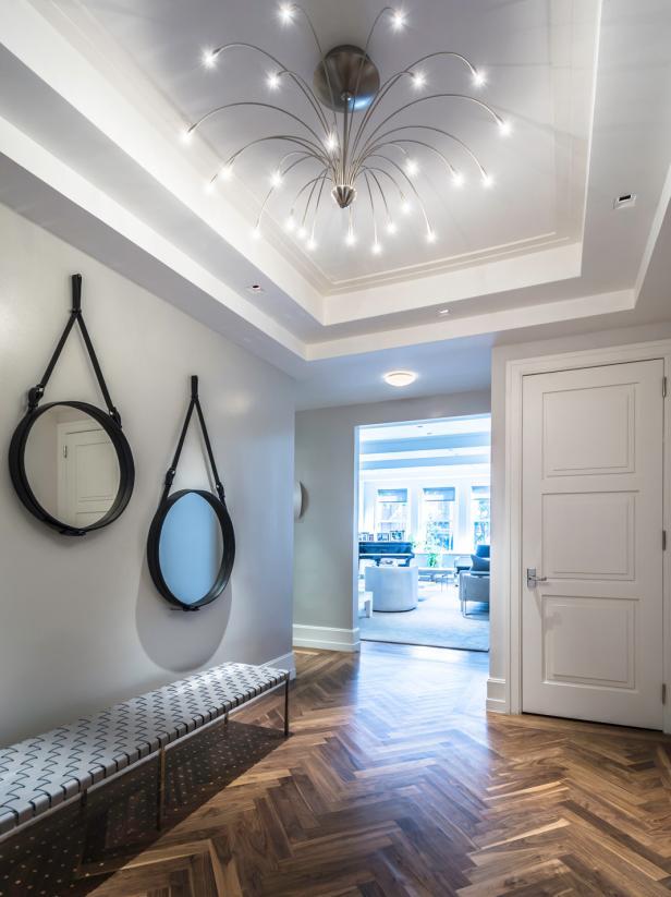 Lampu gantung dekoratif yang berfungsi sebagai pencahayaan sekaligus dekorasi foyer rumah - source: hgtv.com