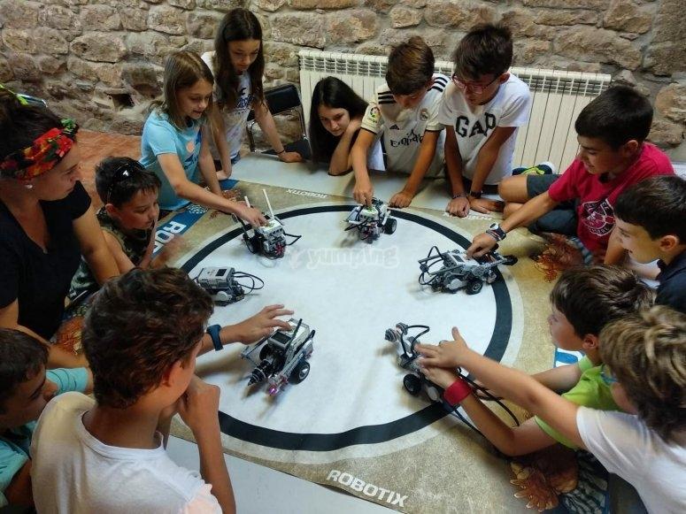 Campamentos Tecnológicos. Niños Jugando con robots