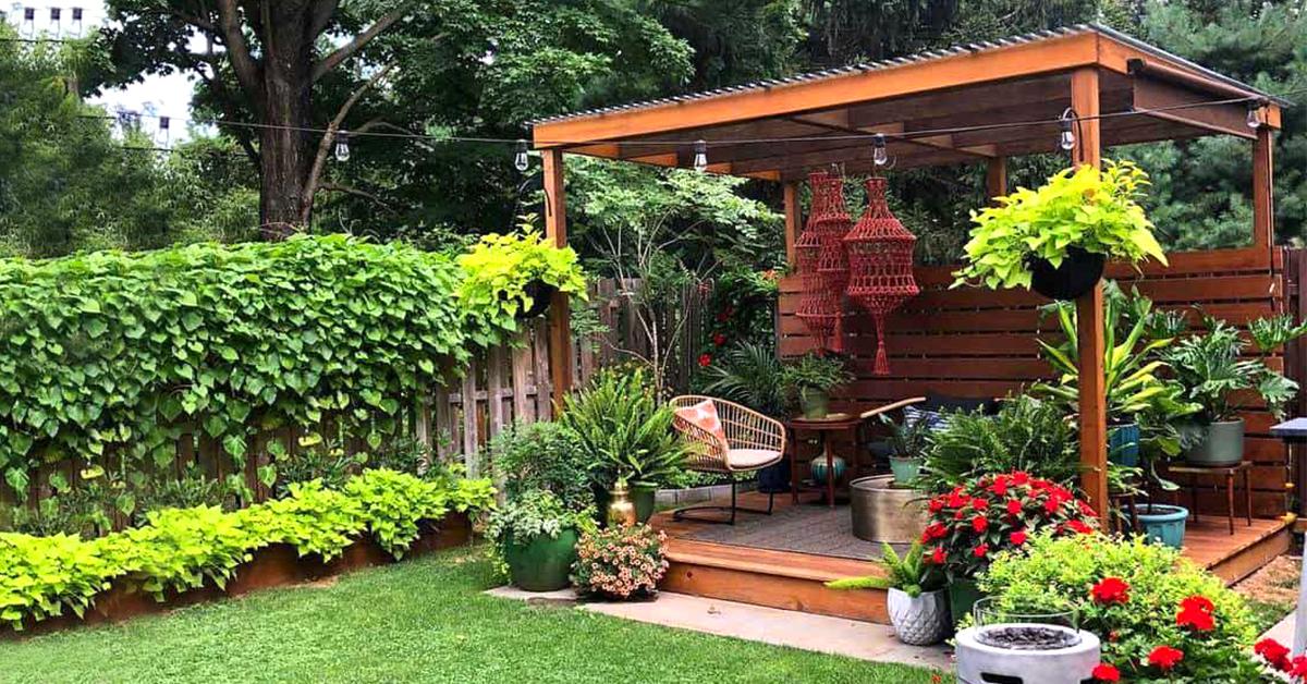 drevený záhradný altánok s kvetinovou výzdobou