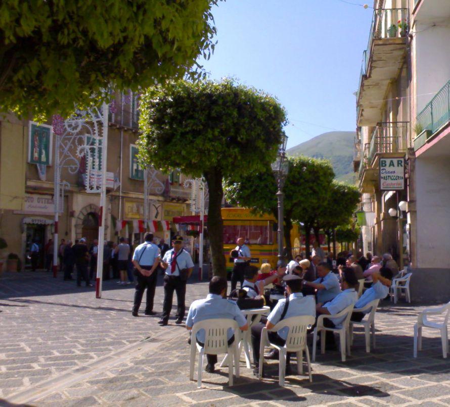 Scene da un patrimonio. Una piazza a ... Teggiano (SA)