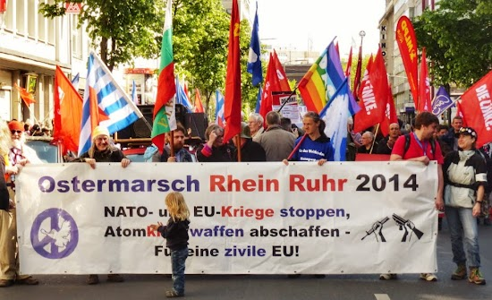 Ostermarschiererinnen, Transparent: »Ostermarsch Rhein Ruhr 2014…«.