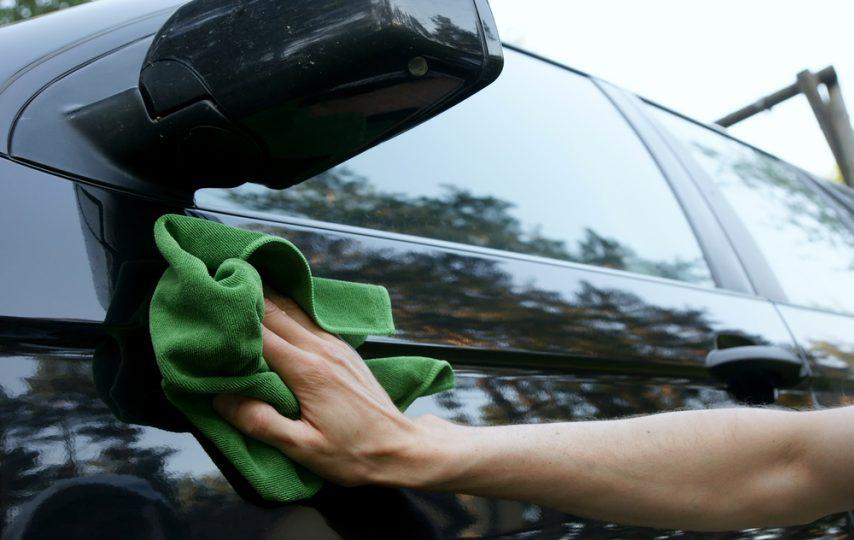 Membersihkan Bagian Luar Mobil