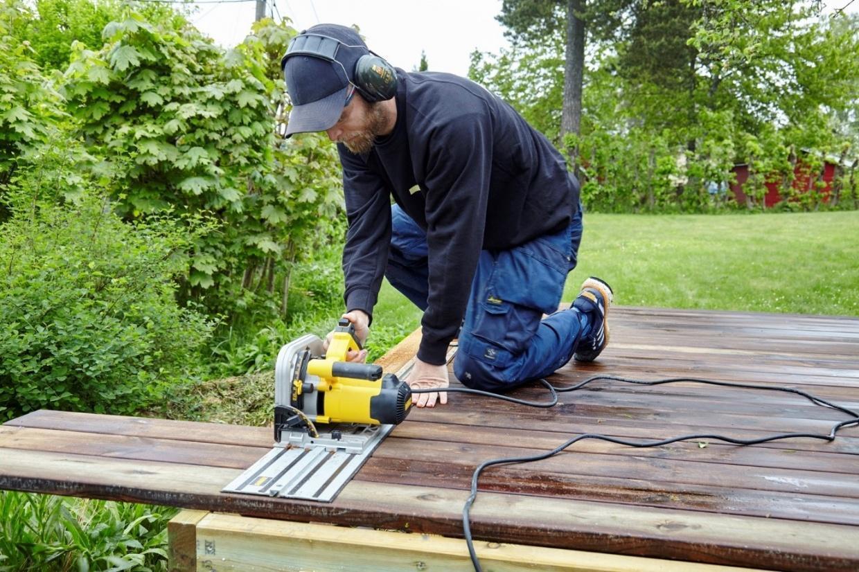 Messen und schneiden Sie die Terrassenbretter