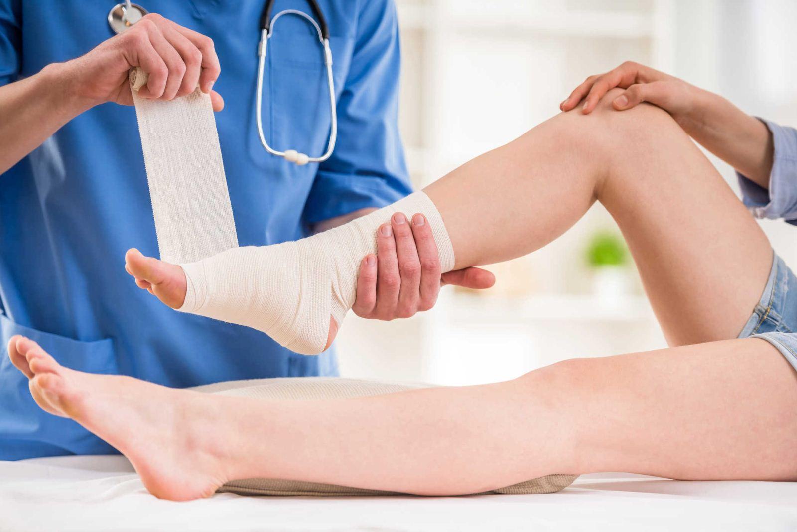 Bong gân cổ chân nặng cần đến gặp bác sĩ để điều trị