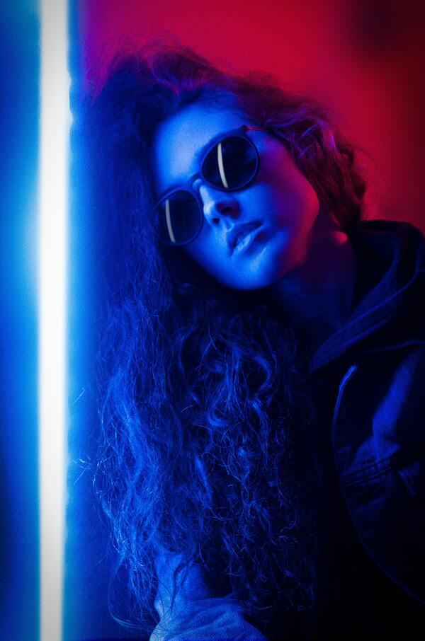 mulher com cabelo solto com uma foto editada estilo neon