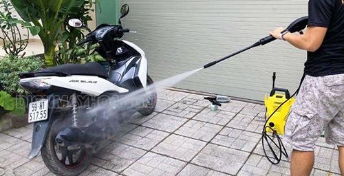 dụng cụ rửa xe máy tại nhà
