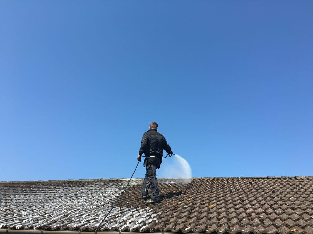 Commercial roof cleaning services
