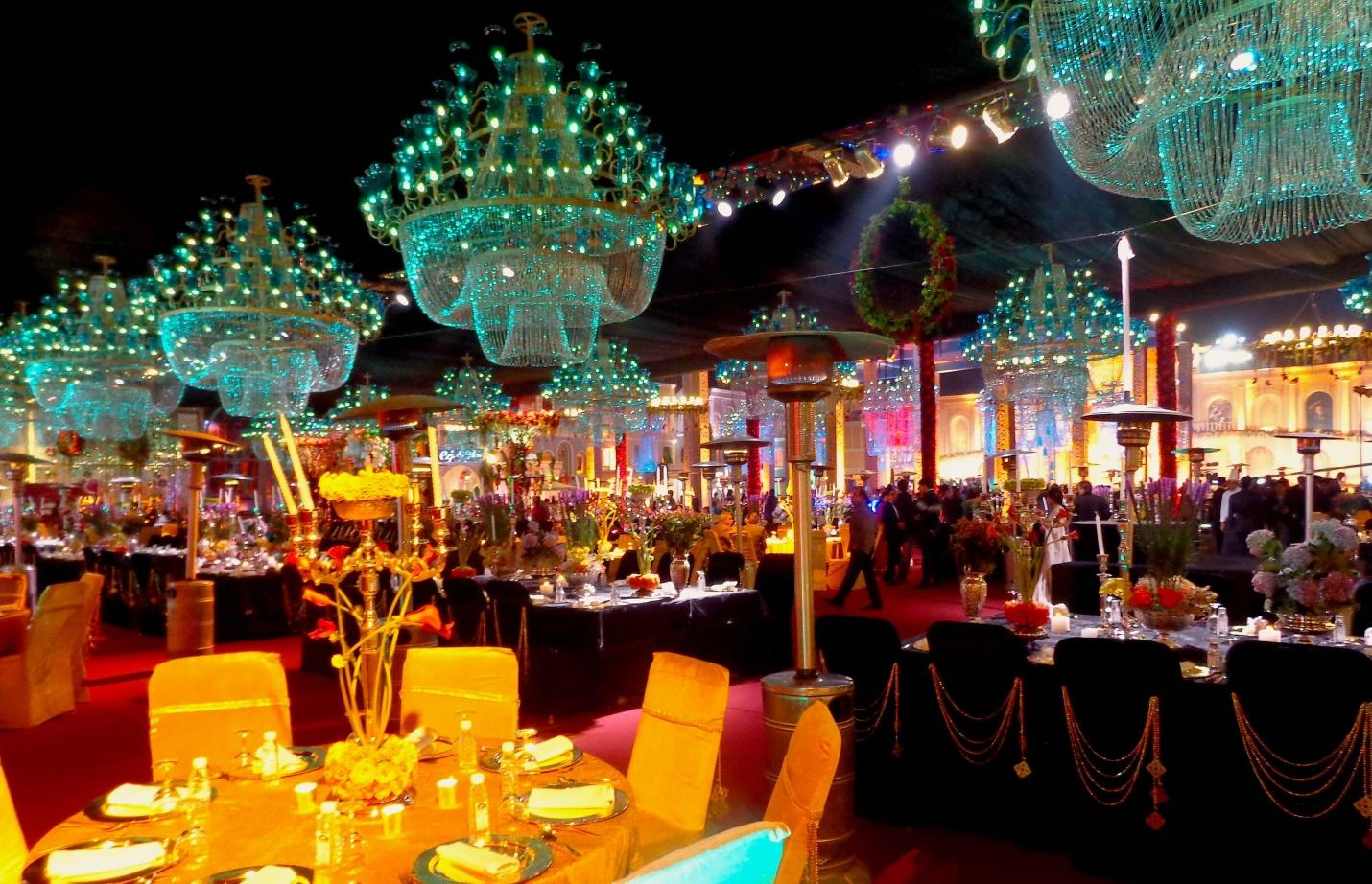 http://exclusiveprivateevents.com/wp-content/gallery/india-wedding-in-agra/chandeller-over-Dinner-tables.jpg