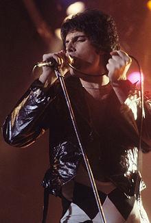 Freddie Mercury em concerto com o Queen em 1978