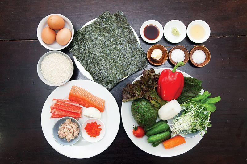 Sushi cuộn tay là món ăn với sự chuẩn bị khá cầu kì