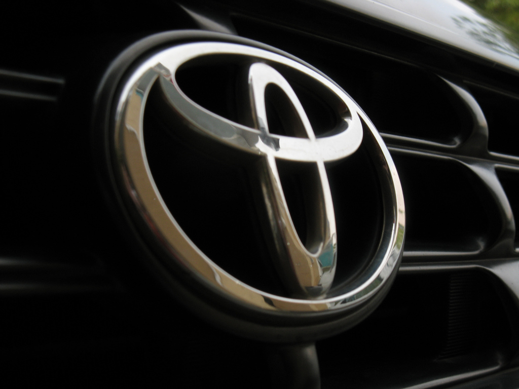 Toyota logo on RAV4 | please comment this pict?? fr my learn ...