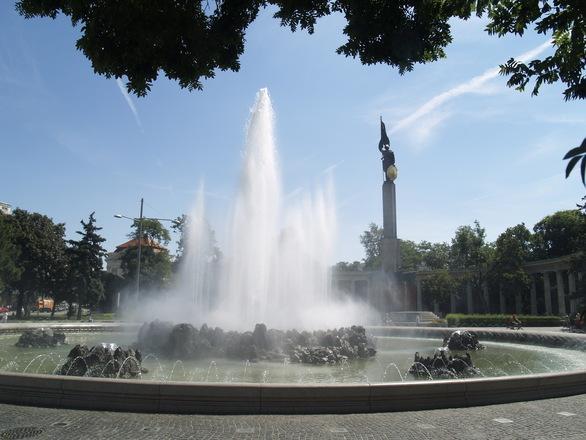 vienna-russian-memorial-statue-1581771.jpg