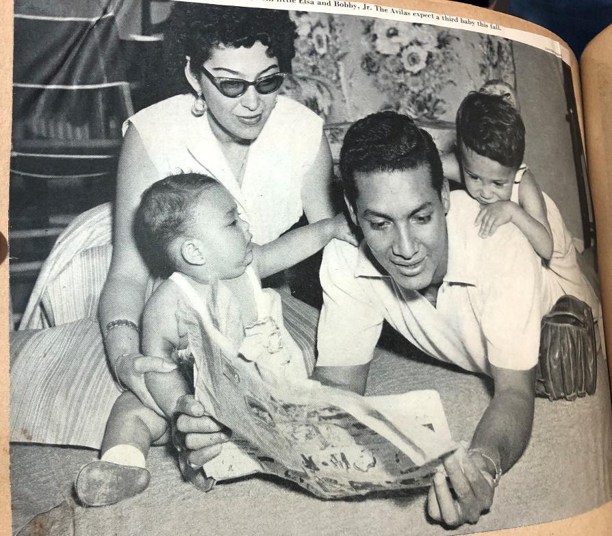 Foto en blanco y negro de un grupo de personas sentadas  Descripción generada automáticamente con confianza media