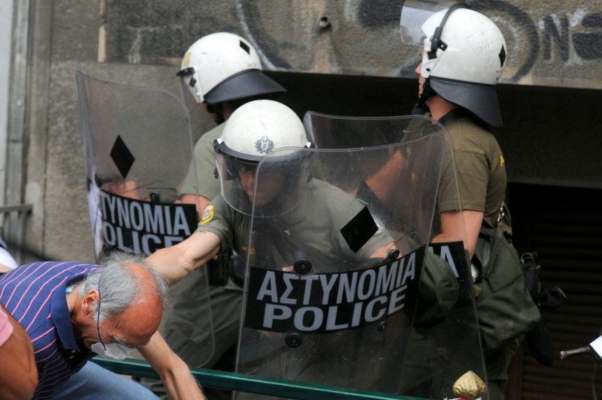 Police hit an old man in Athens