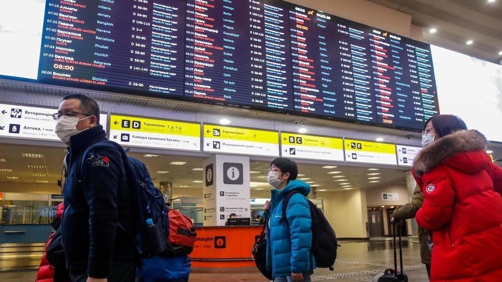Hành khách đeo khẩu trang tại sân bay quốc tế Sheremetyevo ở vùng ngoại ô Matxcơva (Nga). Ảnh chụp ngày 04/02/2020.