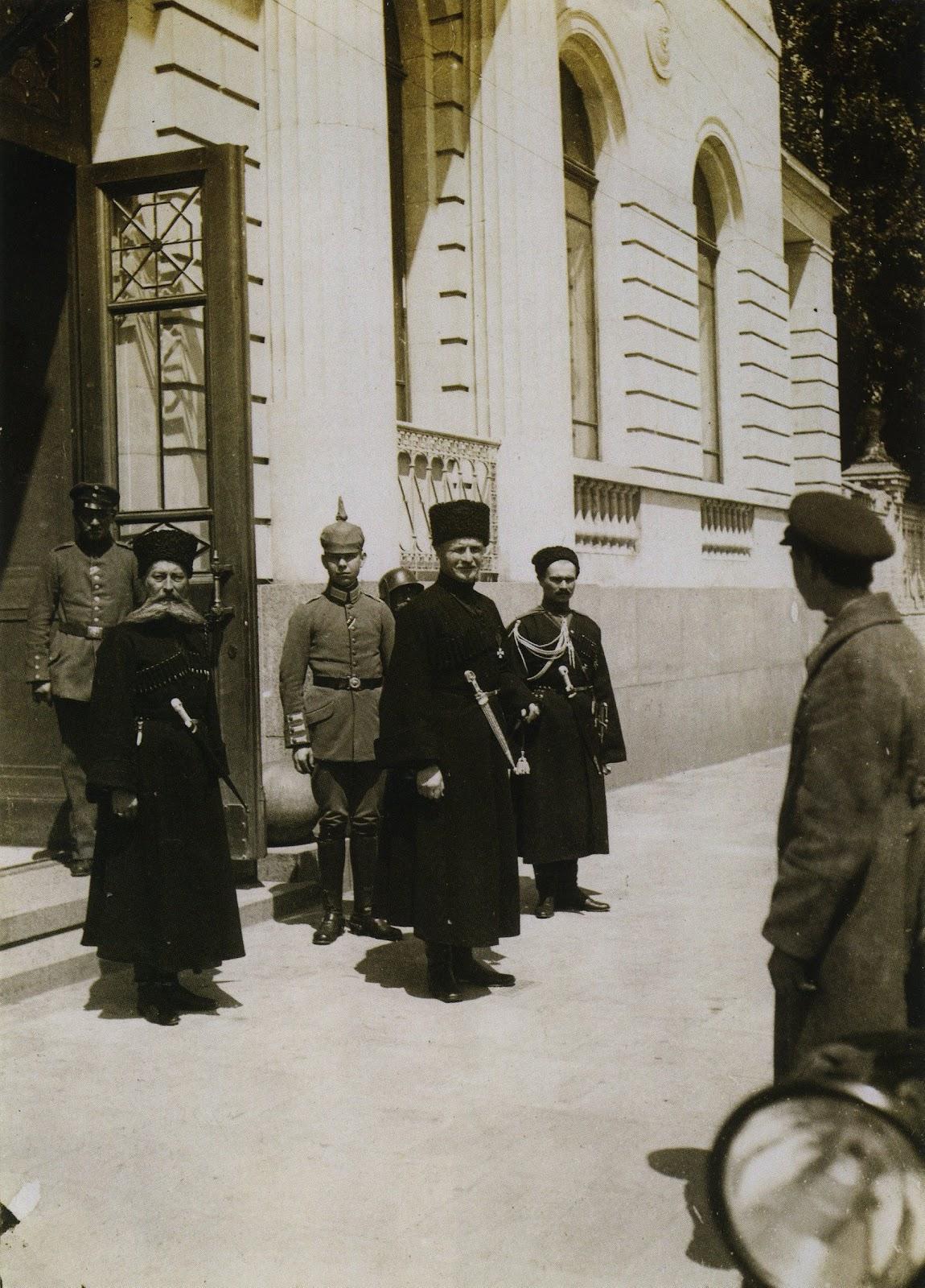 Травень 1918-го. Гетьман П.Скоропадський, офіцери та ад'ютант біля гетьманського палацу. Цікавий момент: на варті біля палацу стоїть німецький солдат у своєму шоломі