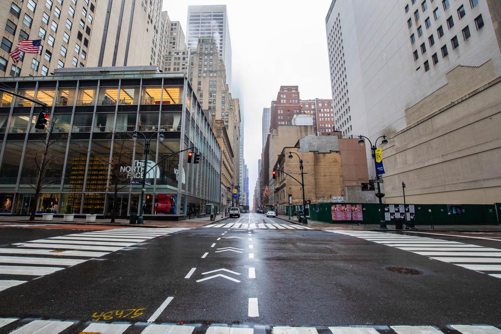 Cidade com ruas vazias e prédios ao redor