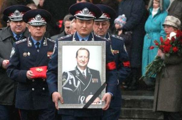 Юрій Кравченко нібито скоїв самогубство 4 березня 2005 року двома пострілами собі в голову