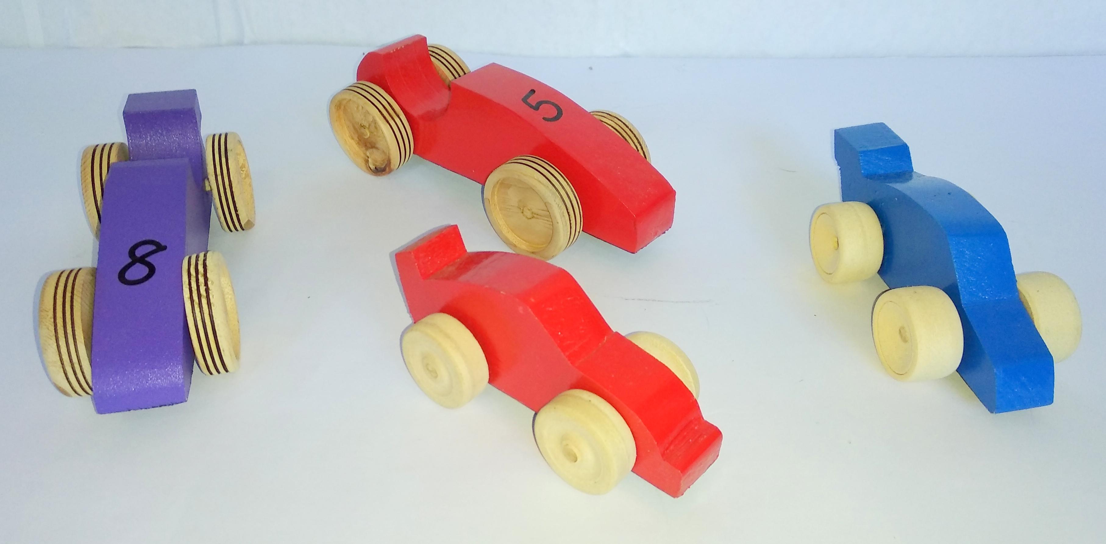 Autos de madera grande (6x17 cm) y chico (6x11 cm).