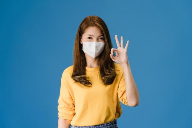 C:UsersUsuarioDesktopchica-joven-asia-mascarilla-medica-gesticulando-signo-ok-vestido-ropa-casual-mira-camara-aislada-sobre-fondo-azul-autoaislamiento-distanciamiento-social-cuarentena-coronavirus_7861-2689.jpg