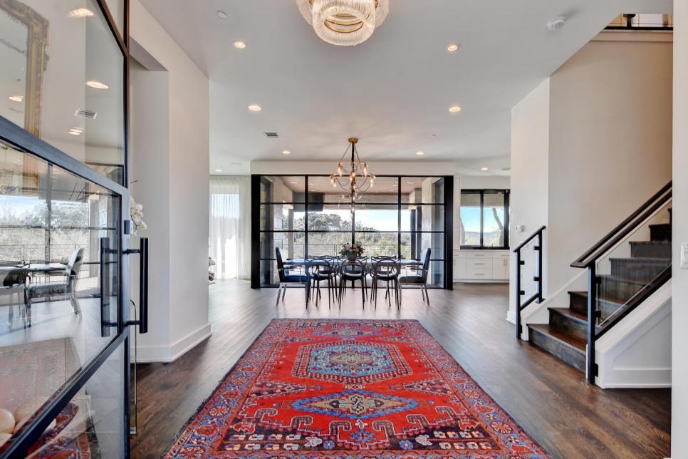 Permadani sebagai dekorasi lantai pada foyer rumah - source: hgtv.com
