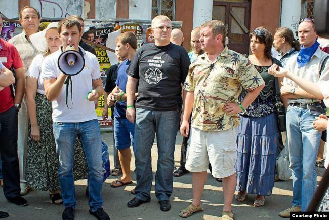 Антон Давидченко з мегафоном на акції в Одесі