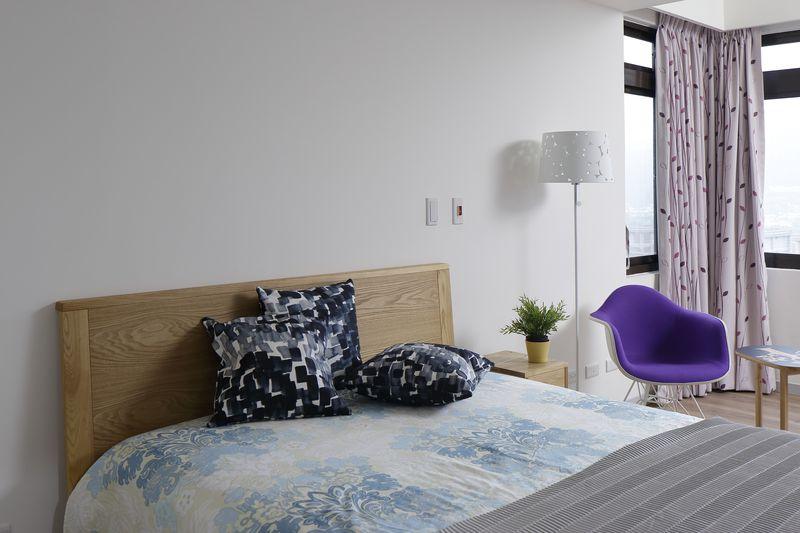 臥室中僅保留實用的傢俱無多餘贅飾運用立燈搭配極簡椅並加上綠植栽點綴出北歐風臥室