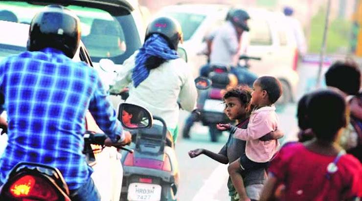 Деца просат на улица додека се одминувани и игнорирани во Лакшадвип, Западен Бенгал, Индија. [ФОТО: IE, ИЗВОР: FINANCIAL EXPRESS https://www.financialexpress.com/india-news/west-bengal-tops-the-list-of-states-with-most-number-of-beggars-know-where-your-state-ranks/1106118/ ]